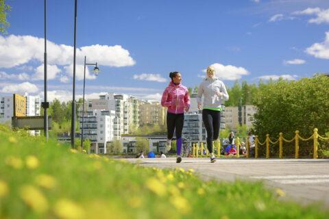 Kaksi henkilöä juoksemassa Rantaraitilla