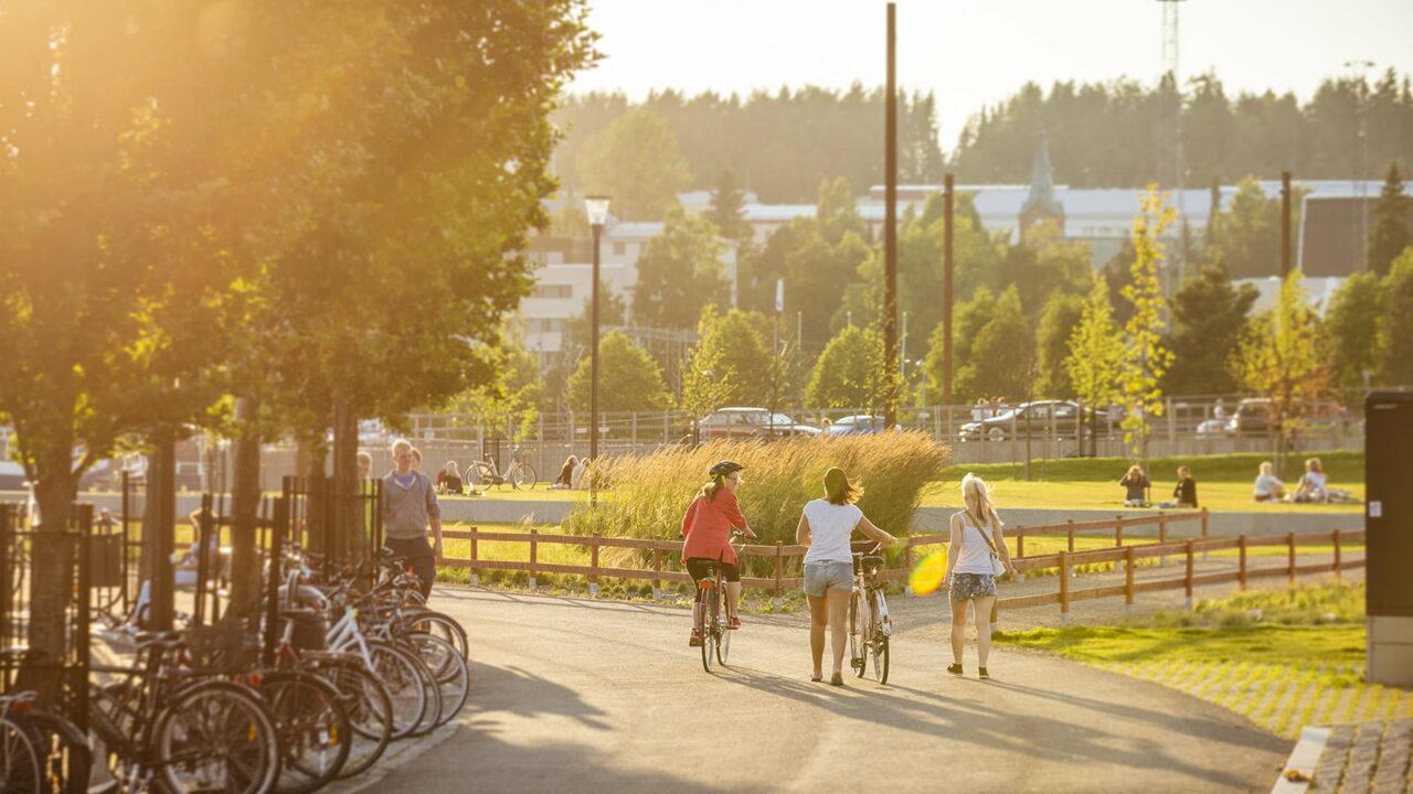 Ihmisiä pyöräilemässä ja kävelemässä Rantaraitilla