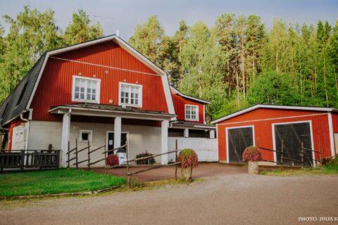 Varjolan tilan punainen päärakennus