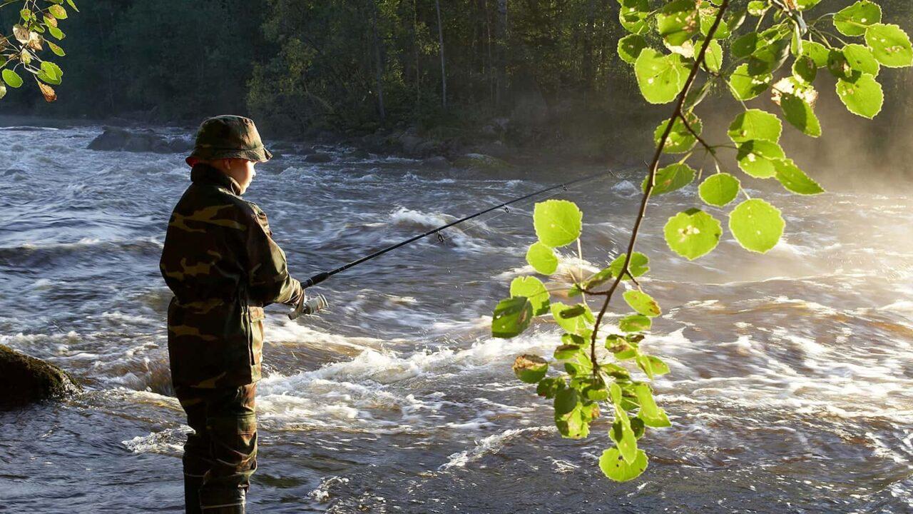 Lapsi kalastamassa