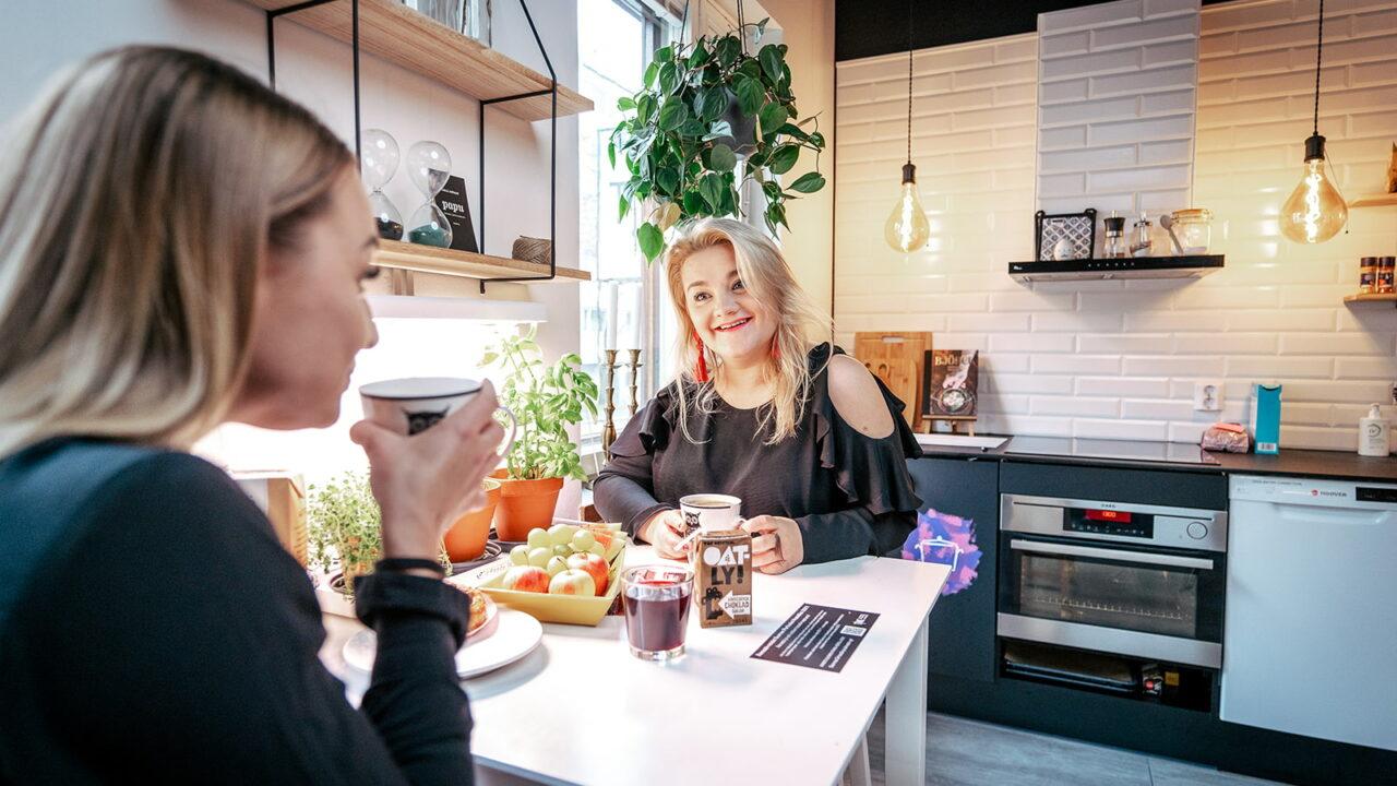 Kaksi henkilöä istuu Time Hostelin keittiössä.