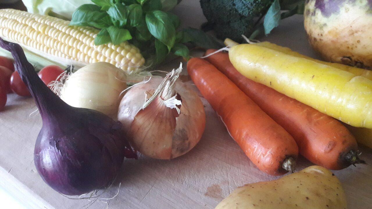 Vihanneksia pöydällä