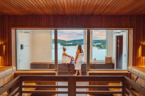 Kaksi ihmistä Solo Sokos Hotel Paviljongin saunatiloissa.