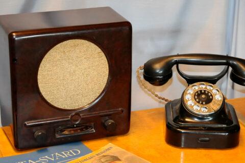 Vanha puhelin Radio- ja puhelinmuseossa.