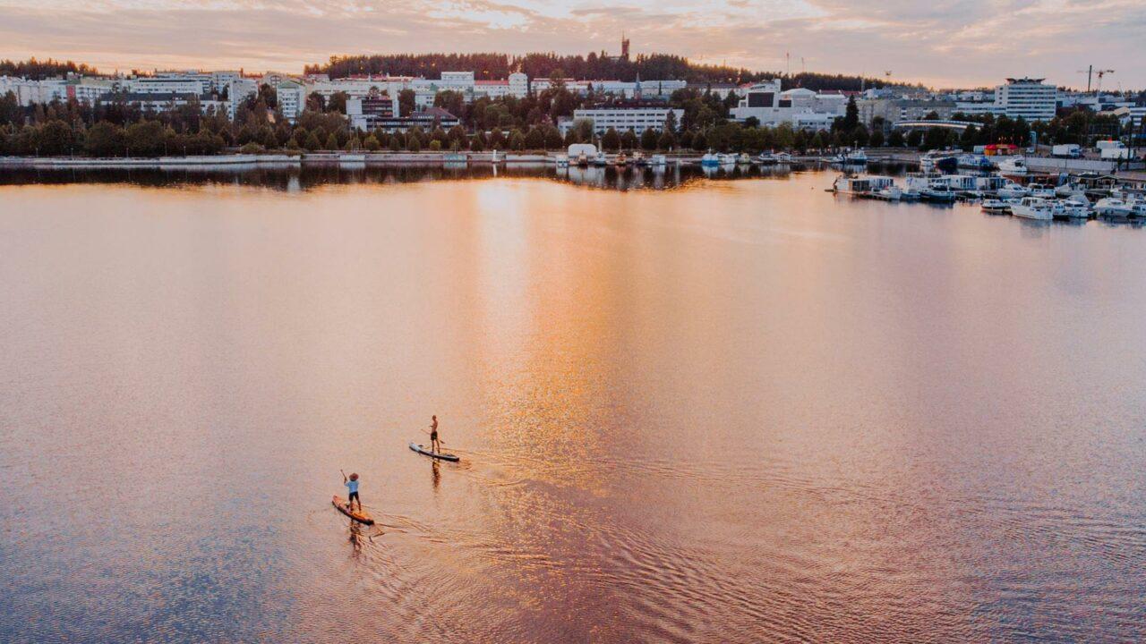Kaksi SUP-lautailijaa Jyväsjärvellä