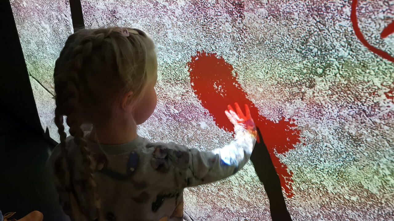 Lapsi tekee Keski-Suomen museossa nykyaikaista kalliomaalausta.