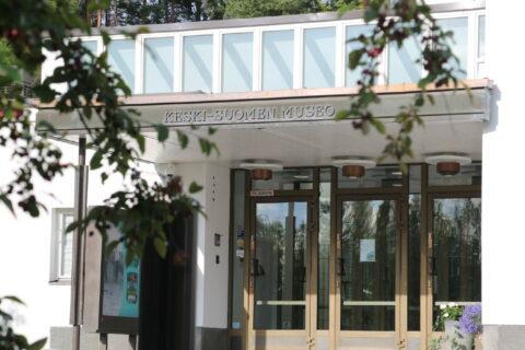 Kesäinen maisema Keski-Suomen museon julkisivusta