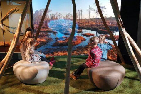 Lapsia Keski-Suomen museossa.