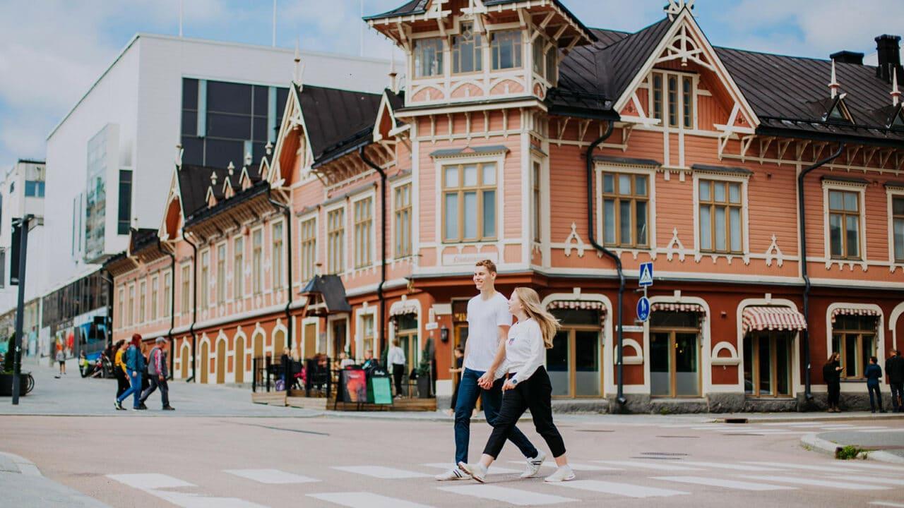 Kaksi henkilöä kävelee Nikolainkulma-nimisen rakennuksen edessä Jyväskylän keskustassa.kuva: Julia
