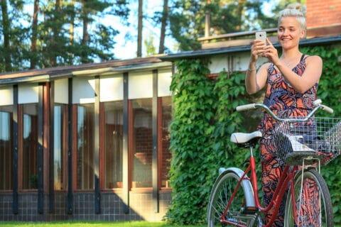 Henkilö pyörän kanssa Säynätsalon kunnantalon edessä.