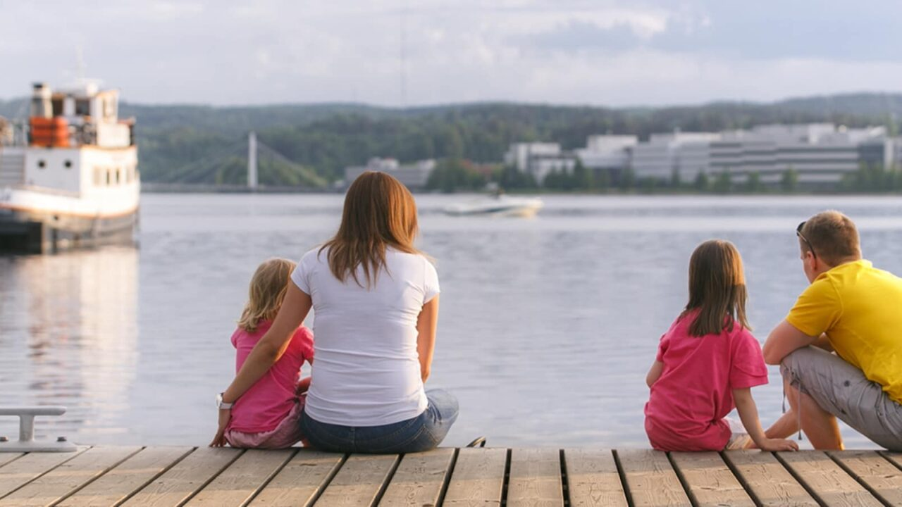 Family spending time in the Jyväskylä harbour.