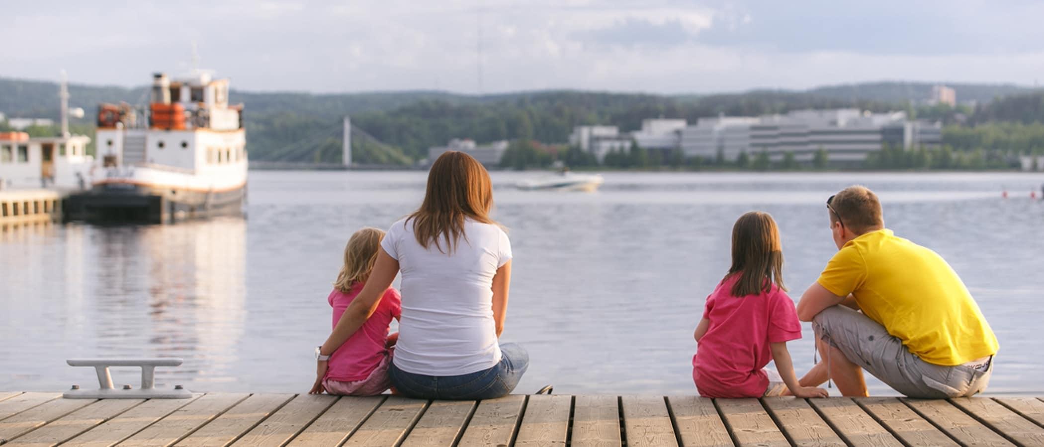 Perhe katsomassa järvimaisemaa Jyväskylän satamassa, Keski-Suomessa.