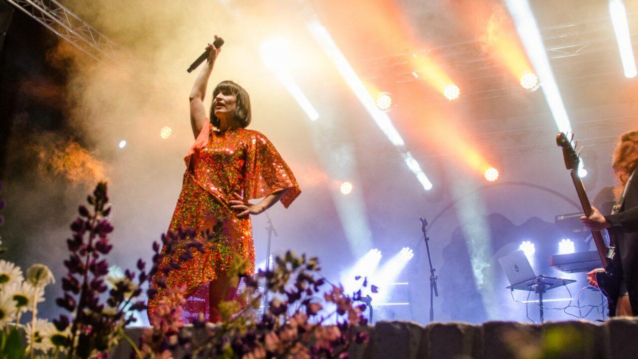 Maija Vilkkumaa esiintyy Jyväskylän lounaispuistossa järjestetyillä Puistojuhlilla, jotka ovat osa Jyväskylän kesä -tapahtumaa.