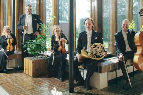 Jyväskylä Sinfonian muusikot soittimiensa kanssa Säynätsalon kunnantalolla