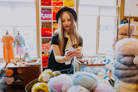 Henkilö ostoksilla ottamassa valokuvaa