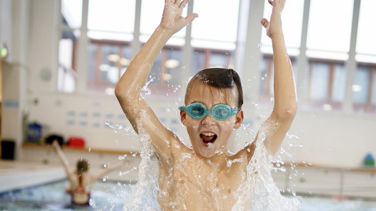 Lapsi riemuitsee AaltoAlvarin uima-altaassa.
