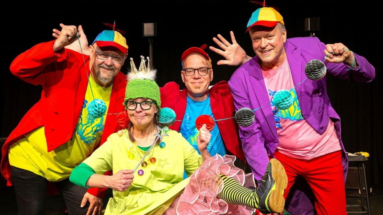 Neljä henkilöä sammakoiden synttärit -teatteriasusteissa