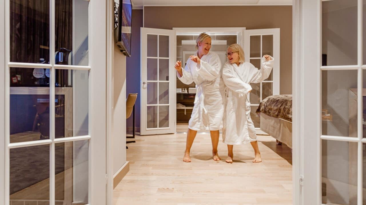 Kaksi henkilöä hotelissa kylpytakeissa