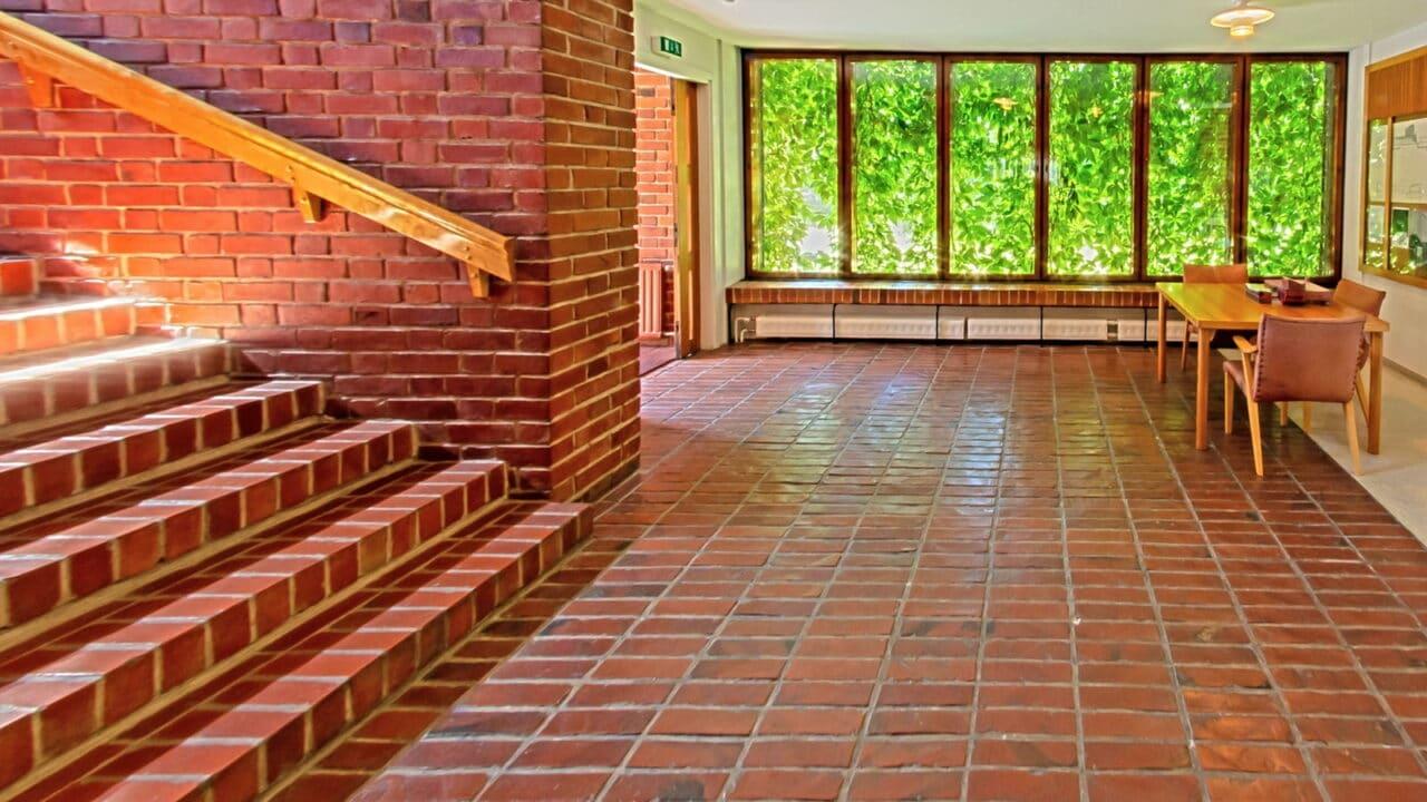 Säynätsalon kunnantalon portaat ja aulatila sisältä päin kuvattuna.