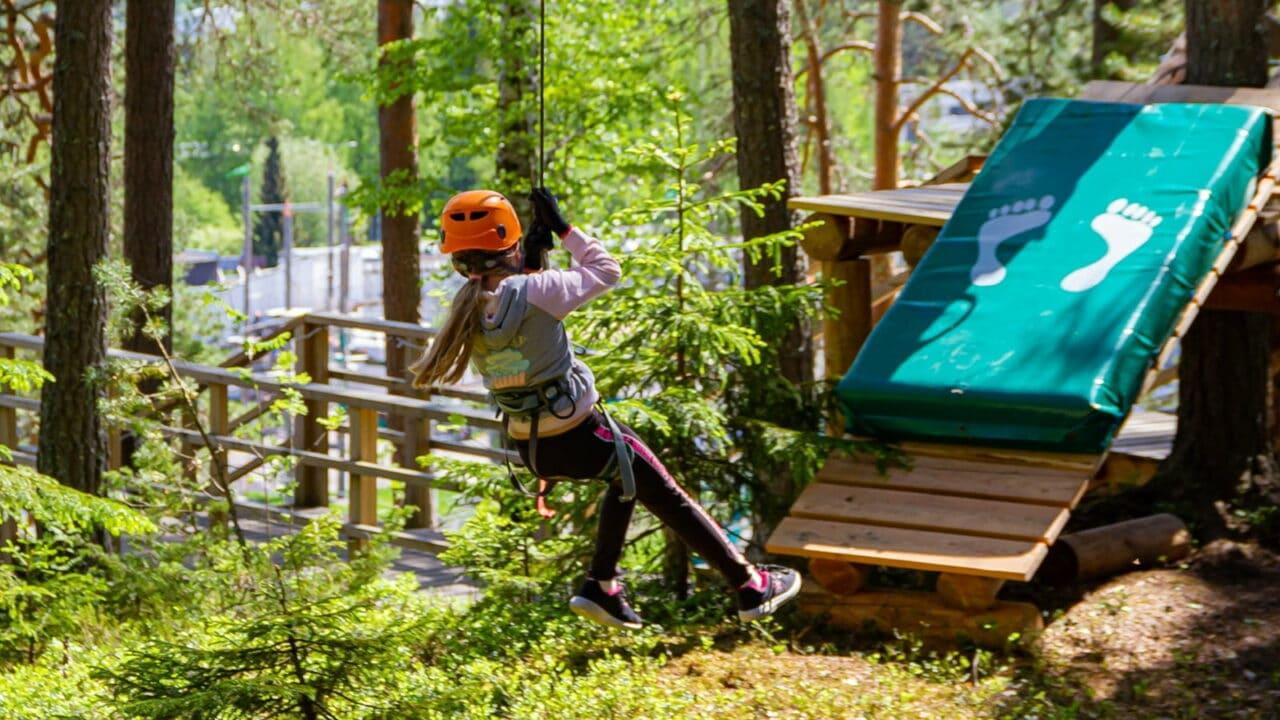 Lapsi seikkailupuistossa