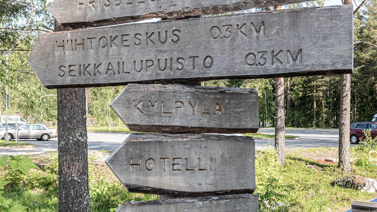 Ohjeistus kirjoitettuna puusta tehtyihin suuntanuoliin Scandic Laajavuoressa