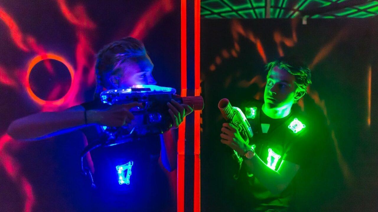 Kaksi henkilöä pelaamassa lasersotaa Megazonessa