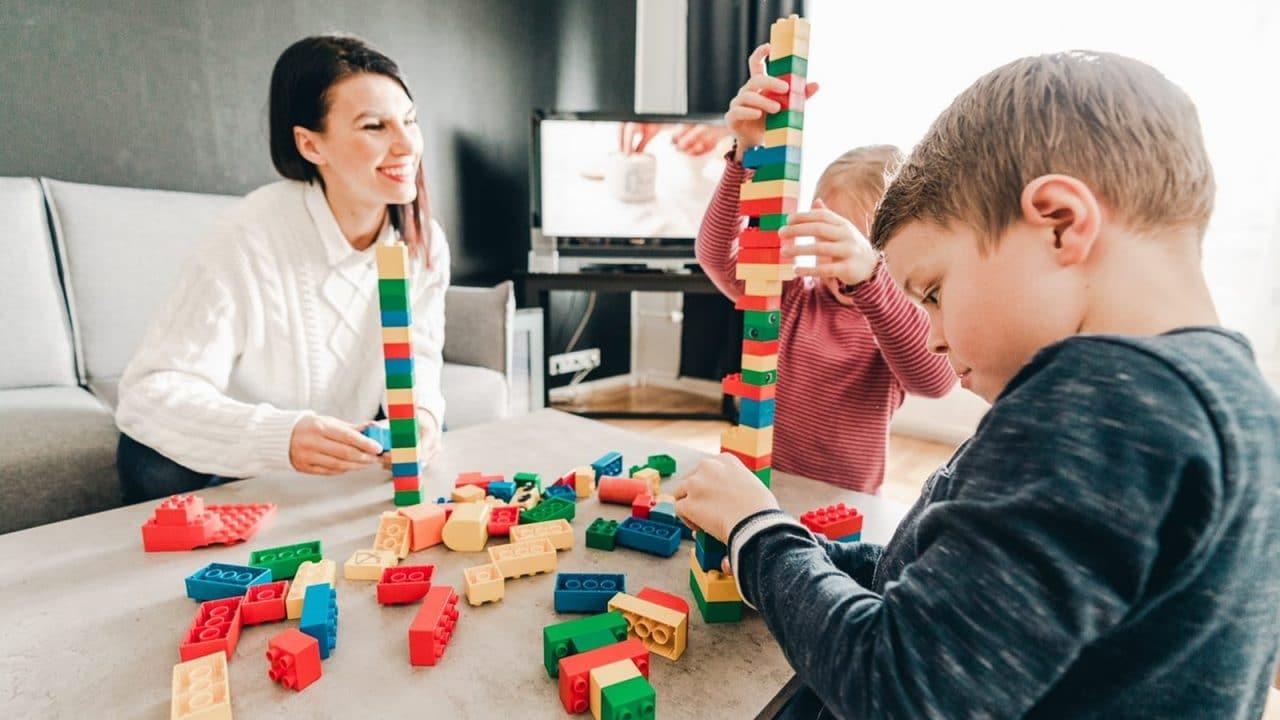 Legojen kasaamista Peurungassa