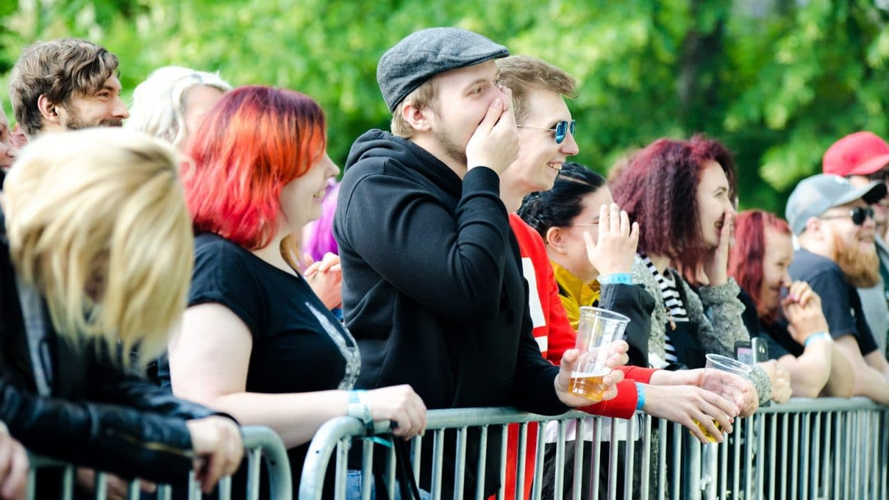 Yleisö katsomassa Vestaa puistojuhlassa