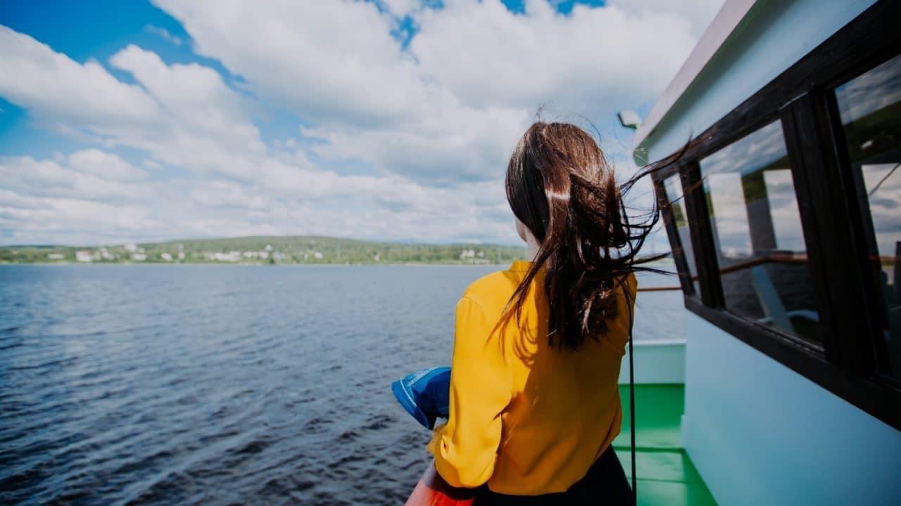 Henkilö seisomassa laivan kannella