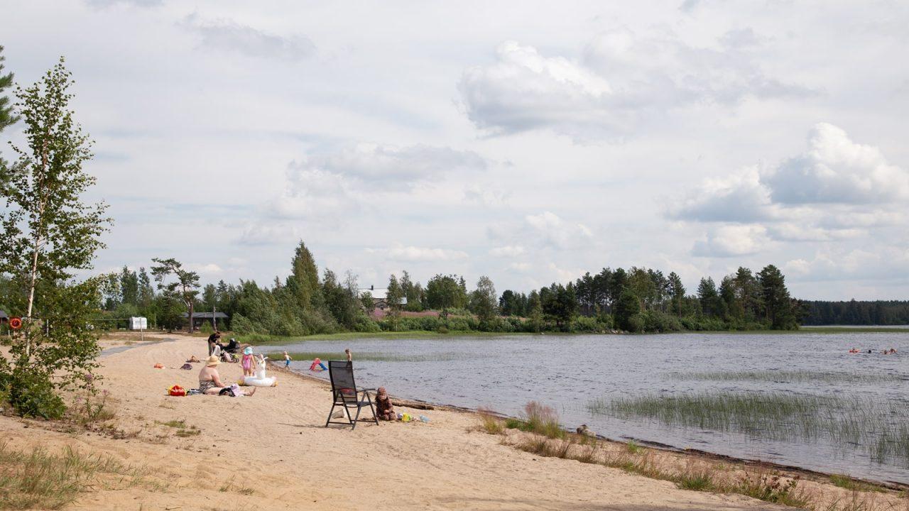 Ihmisiä uiimassa Hietasaaren uimarannalla Uuraisilla