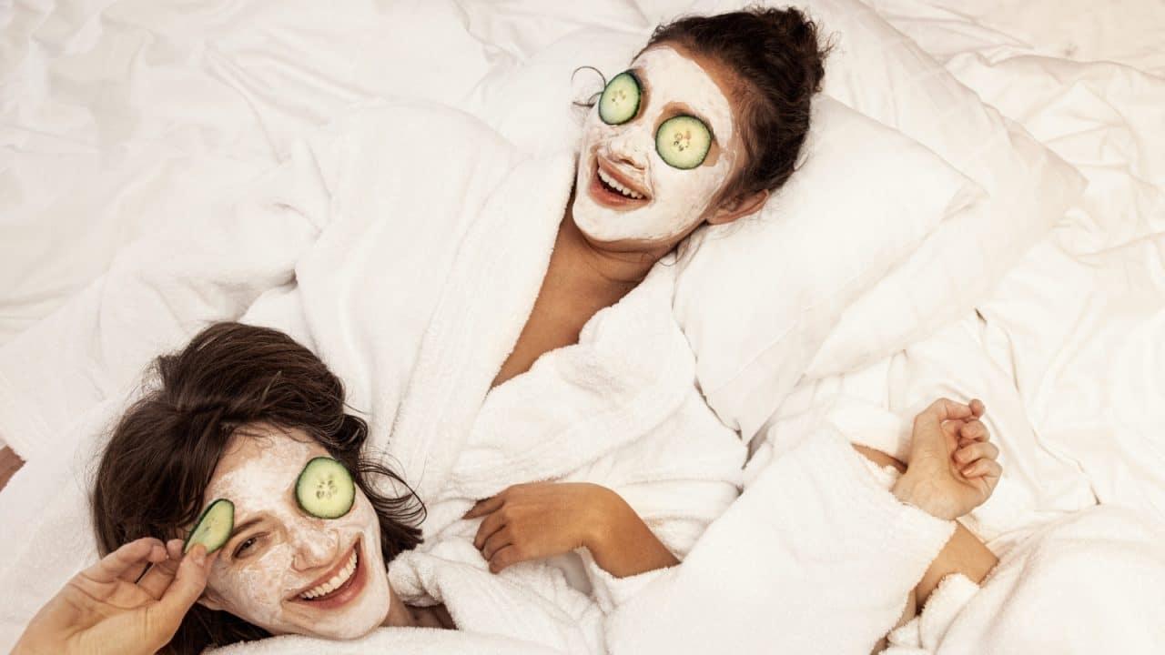 Kaksi henkilöä rentoutuvat hotellissa