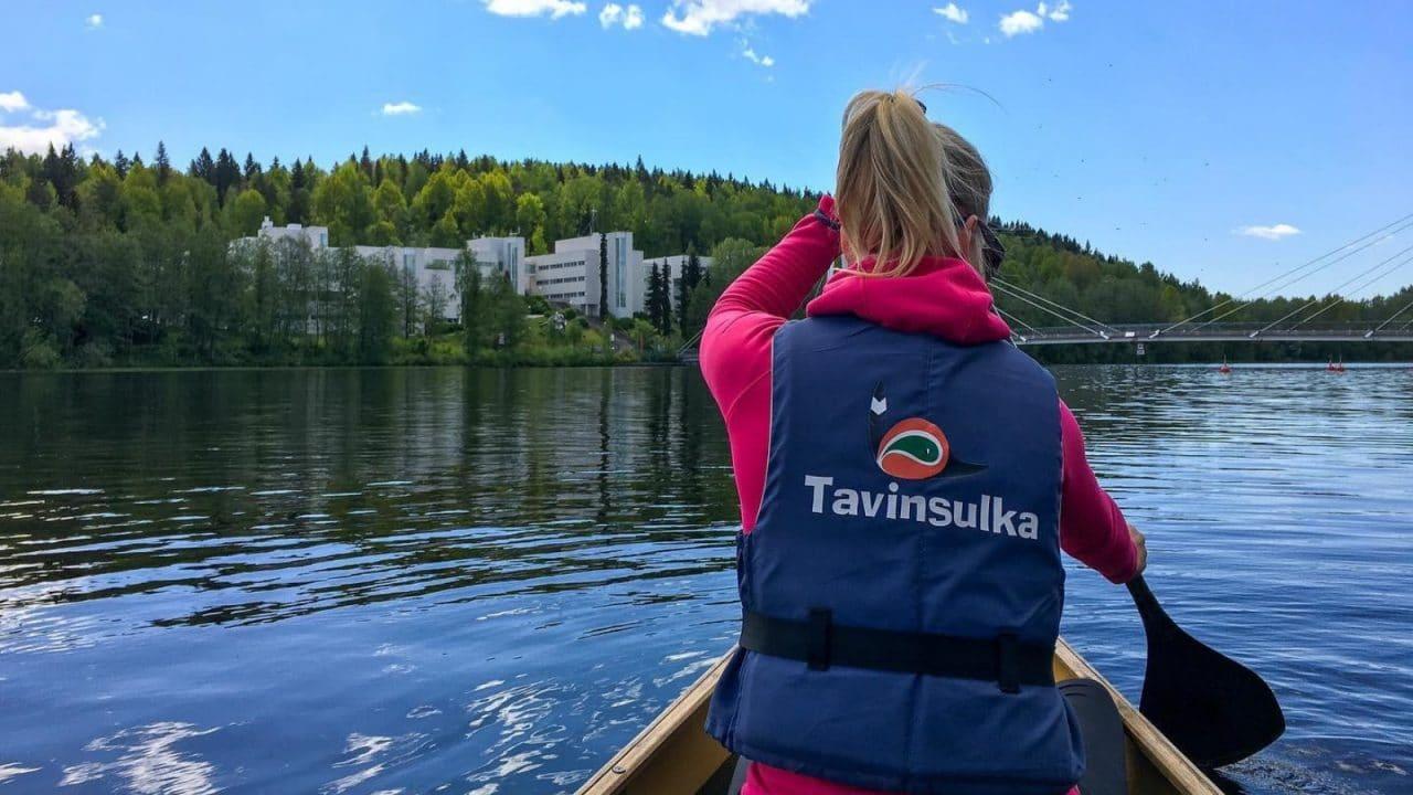Henkilö meloo Jyväsjärvellä Jyväskylässä.