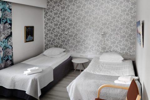 Kaksi sänkyä Vuolakkeen huoneistossa